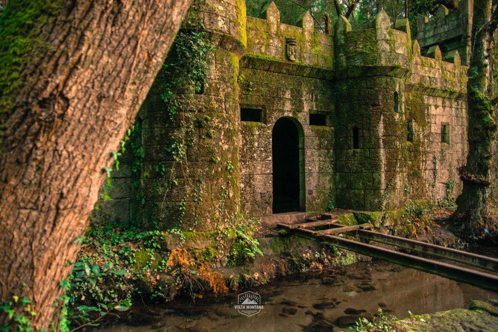 Castillo abandonado entre la vegetación del bosque galicia